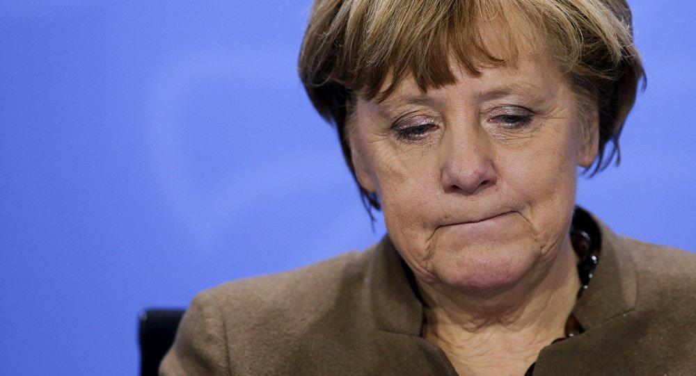 Une tête de cochon et des insultes pour Merkel