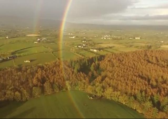 Un drone a filmé une vidéo fascinante d'un arc-en-ciel
