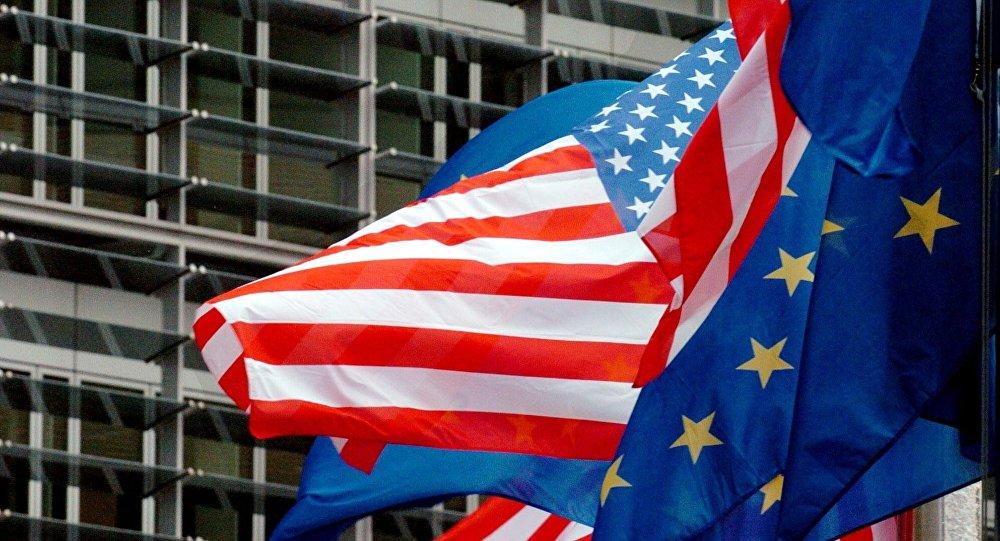 Drapeaux des Etats-Unis et de l'UE devant le siège de la Commission européenne à Bruxelles