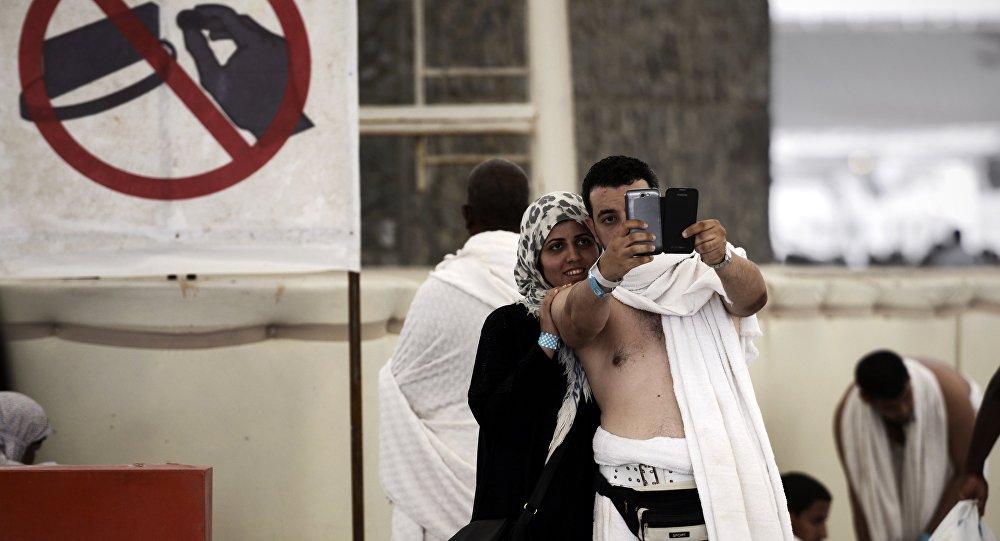 Les pèlerins musulmans posent pour un selfie. Image d'illustration