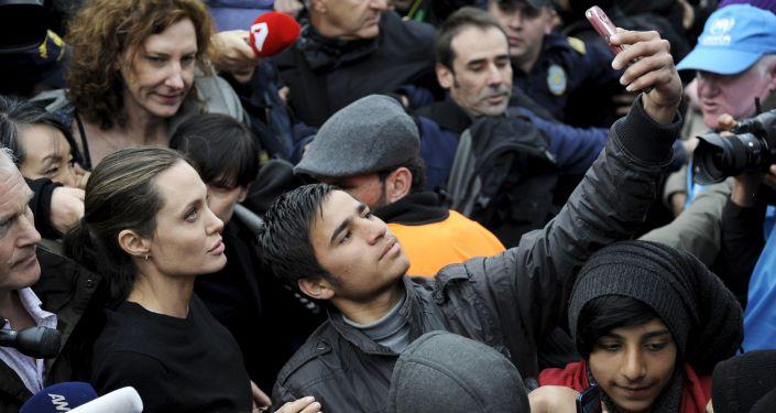 Un réfugié prend un selfie avec Angelina Jolie en Grèce