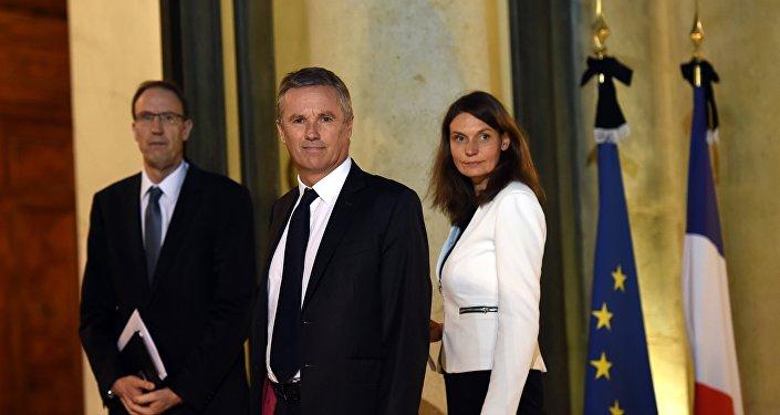 Nicolas Dupont-Aignan (C), et les membres de son équipe, Anne Boissel et Olivier Clodong. Archive photo