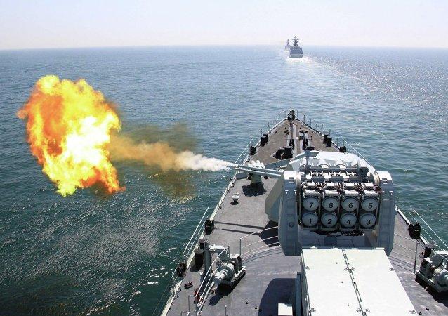 Une photo publié par l'agence de presse chinois Xinhua le 26 avril 2012 montrant le destroyer lance-missiles DDG-112 Harbin de la marine chinoise tire un obus lors de l'exercice naval conjoint sino-russe dans la mer Jaune