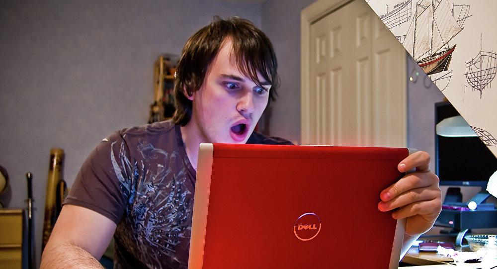 Jeune homme devant un ordinateur, image d'illustration