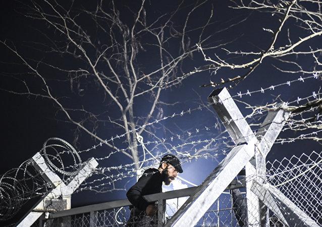 Un migrant à la frontière gréco-macédonienne. Archives