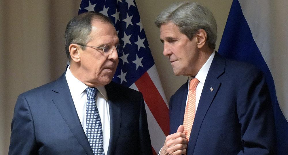 Les chefs de la diplomatie Sergueï Lavrov et John Kerry