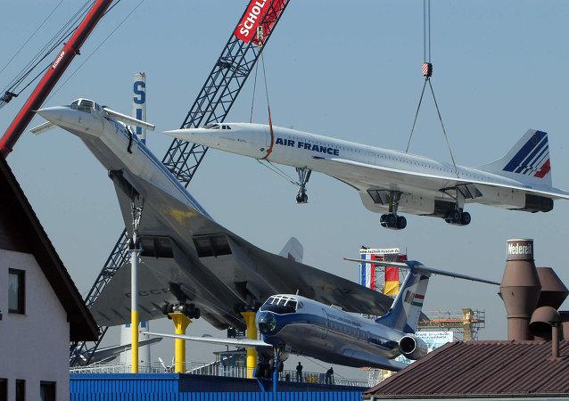 Le Concorde de l'Air France est placé sur le toit du Musée des Transports à côté d'un avion supersonique soviétique Tupolev 144, le 17 Mars 2004 à Sinsheim, dans l'ouest de l'Allemagne