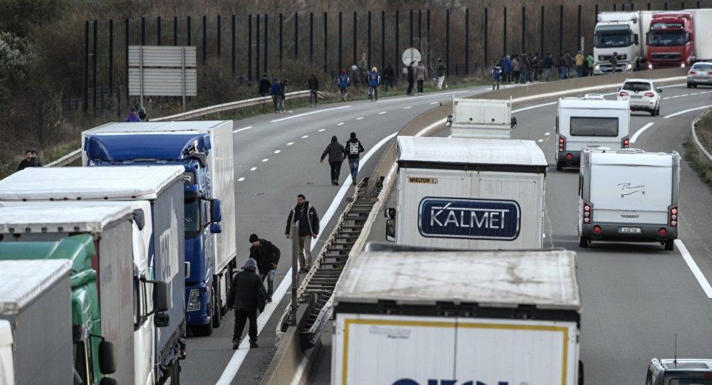 Les migrants de Calais essayent de bloquer la route