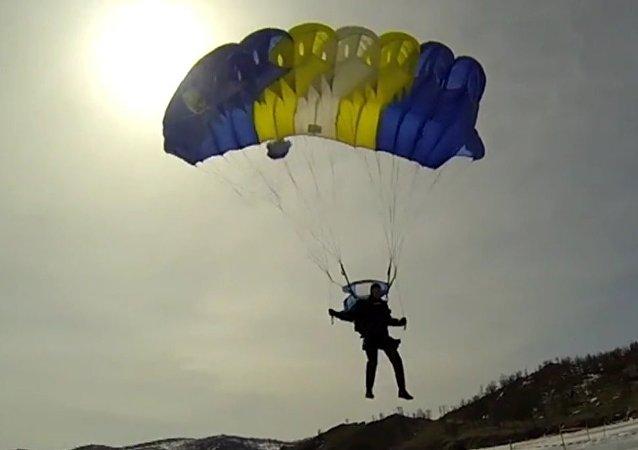 Des Russes sautent dans le lac Baïkal depuis un avion