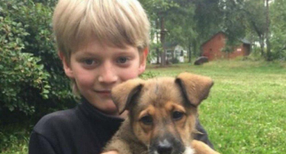 Le jeune Russe qui a sauvé un chiot d'un incendie émeut la toile