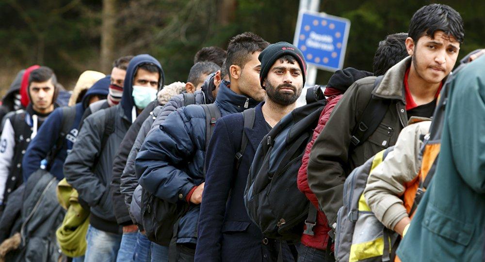 Des migrants font la queue afin de franchir la frontière austro-allemande. Novembre 2015.