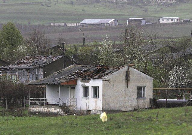 Une maison endommagée lors des affrontements entre les Arméniens et les Azéris à Martakert dans le Haut-Karabakh