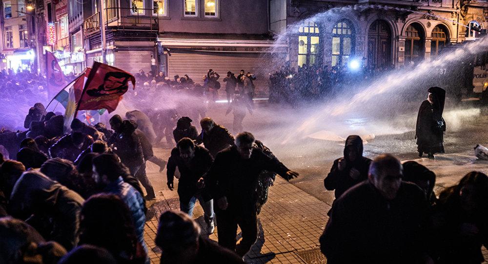 les manifestants à Istanbul le 8 Février durant une manifestation contre le couvre-feu à Cizre