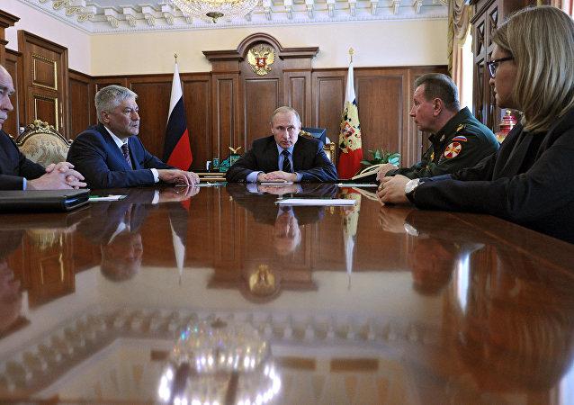 Le président Poutine tient une réunion au Kremlin.