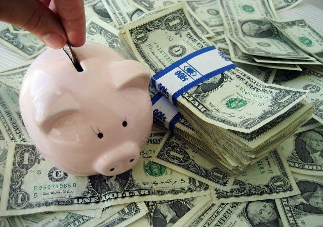 Une tirelire remplie d'argent