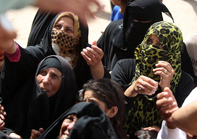 Les femmes irakiennes qui ont fui Ramadi, la capitale de la province d'Anbar, après qu'elle a été occupée par l'Etat islamique, attendent d'obtenir des boîtes d'aide humanitaire dans un camp à Ameriyat al-Falloujah, 30 km au sud de Falloujah le 6 Juin, 2015