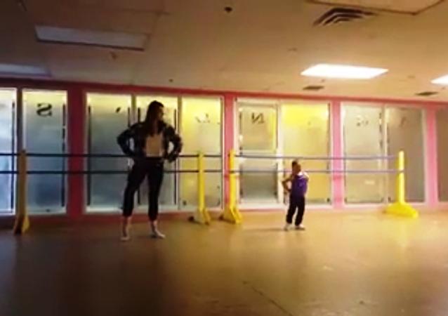 Une fillette trisomique future danseuse étoile? [VIDEO]