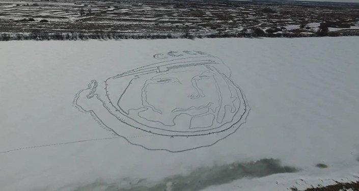 Un lac russe décoré d'un immense portrait de Gagarine
