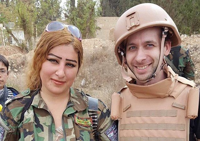 Jiri Just est accompagné par une militaire syrienne