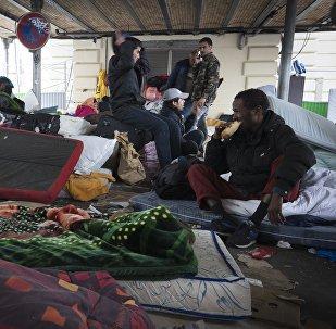 Campement de migrants sous le métro aérien Stalingrad  à Paris