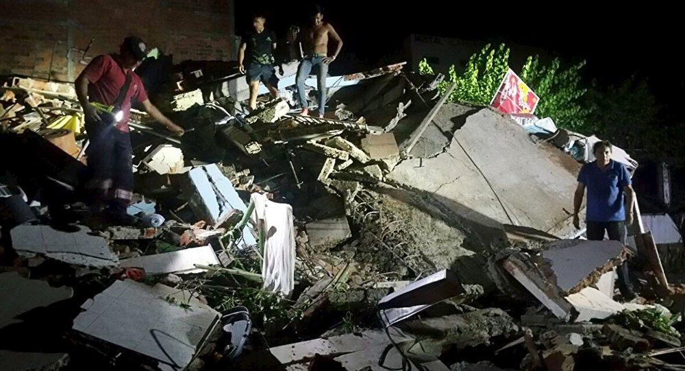 Un édifice détruit par le séisme de magnitude 7,8 en Equateur