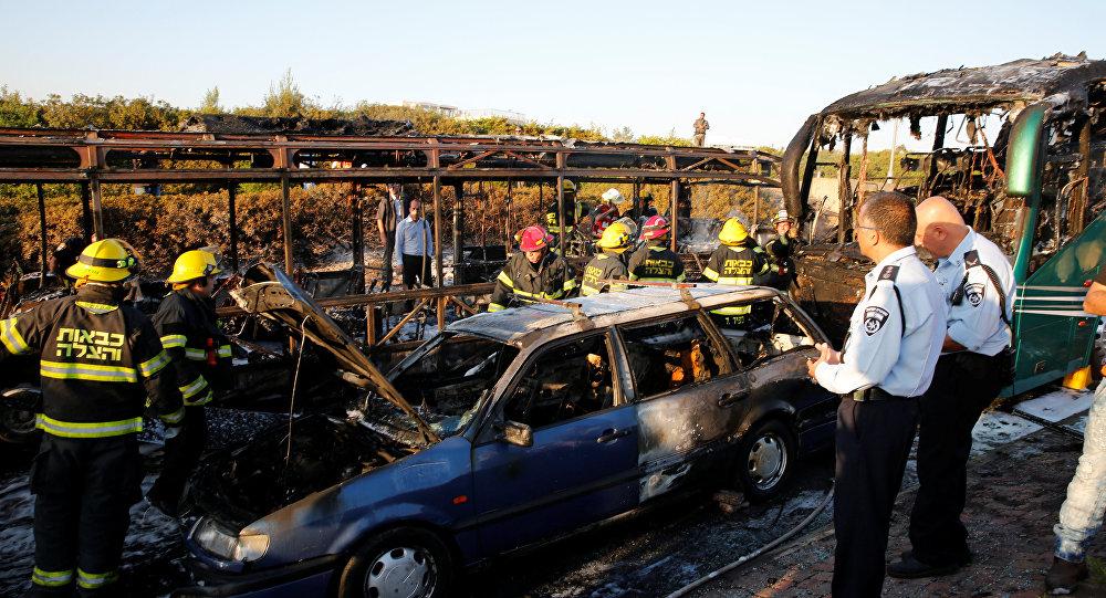 Des secouristes examinent les lieux de l'explosion à Jérusalem