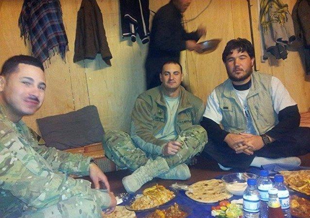 Ehsan Azizi et des soldats de l'Otan