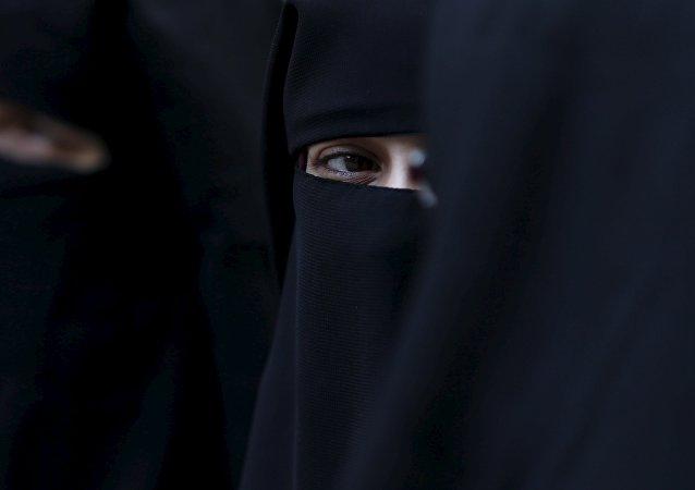 Un chauffeur de bus allemand refuse à une musulmane de monter à cause de son niqab
