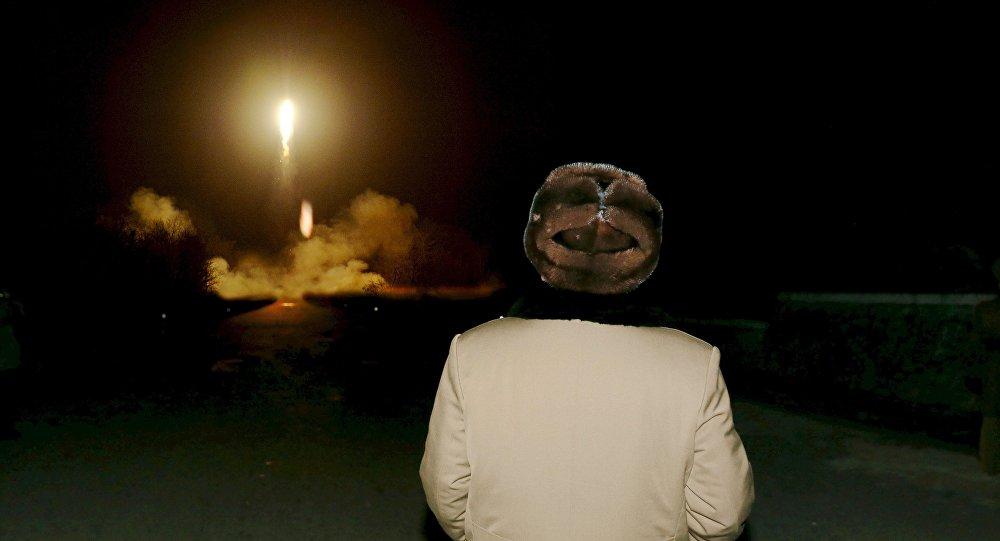 Kim Jong Un supervise le lancement d'un missile