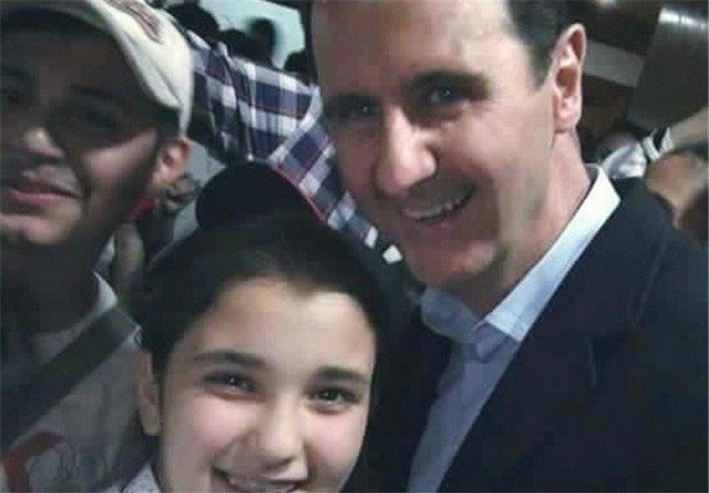 Un enfant syrien prend un selfie avec le président Assad