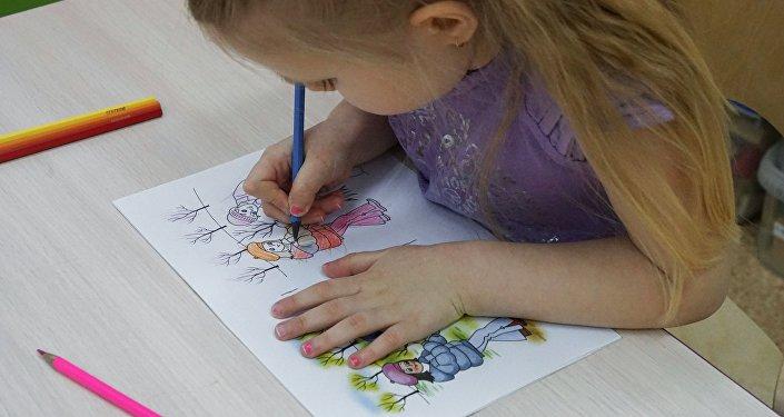 Une enfant qui dessine