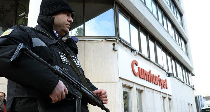 Un policier près du siège du journal Cumhuriyet à Istanbul