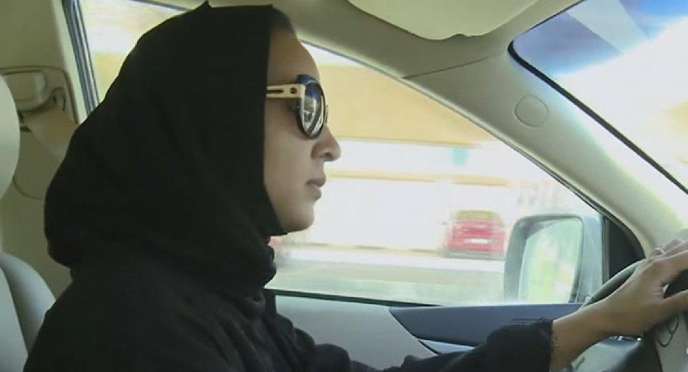 Une femme saoudienne qui conduit sa voiture
