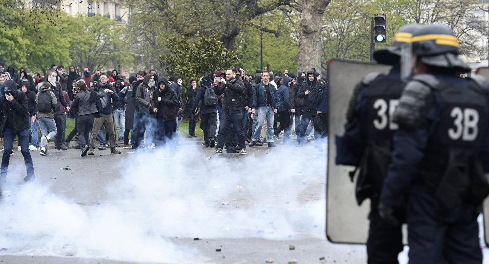 La police anti-émeutes disperse une manifestation à Paris à coups de grenades lacrymogènes