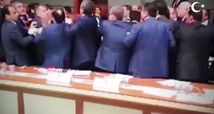 Le parlement turc transformé en ring de boxe [VIDEO]