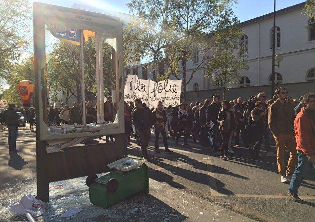 Les casseurs laissent derrière eux un parcours jonché de débris… Dégradations boulevard Diderot