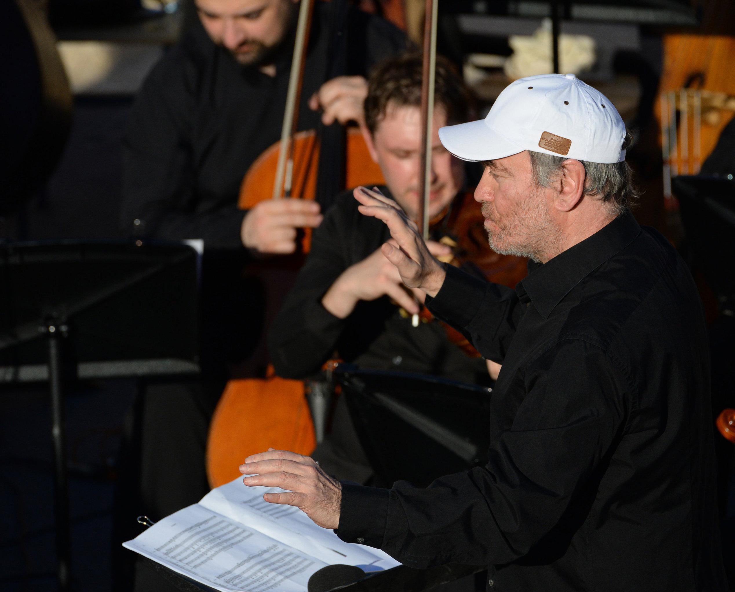 L'orchestre symphonique du théâtre Mariinsky (Saint-Pétersbourg) dirigé par Valeri Guerguiev donne un concert prénommé Prière pour Palmyre. La musique fait revivre la ville antique