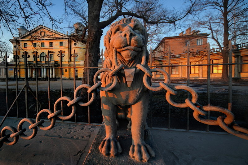 Une sculpture de lion.