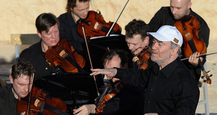 L'orchestre symphonique du théâtre Mariinsky dirigé par l'artiste russe Valeri Guerguiev à Palmyre