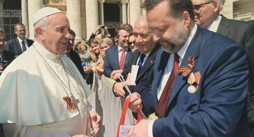 Le ruban orange et noir a été offert au Pape par le député russe Pavel Dorokhine