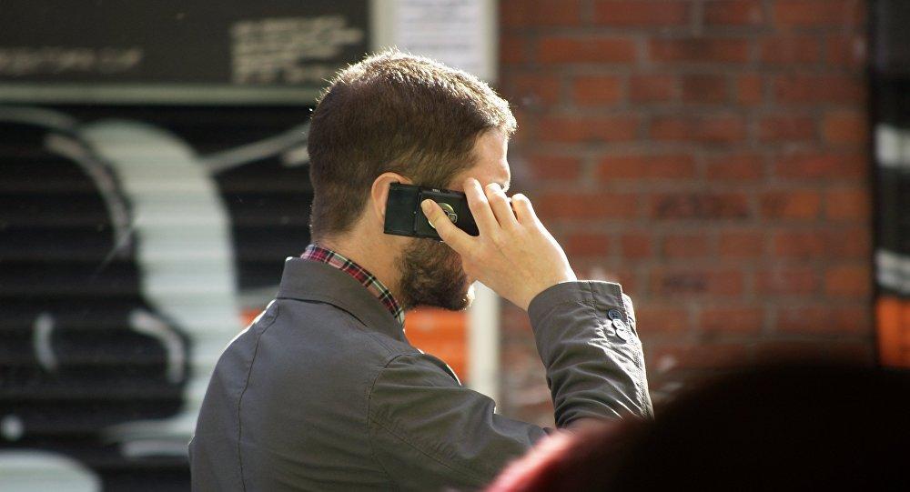 Un homme parlant au téléphone
