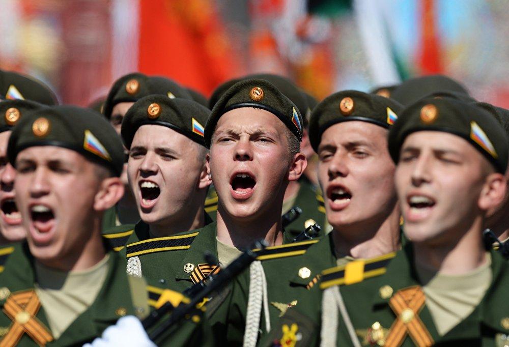 Les soldats lors d'un défilé militaire sur la Place Rouge