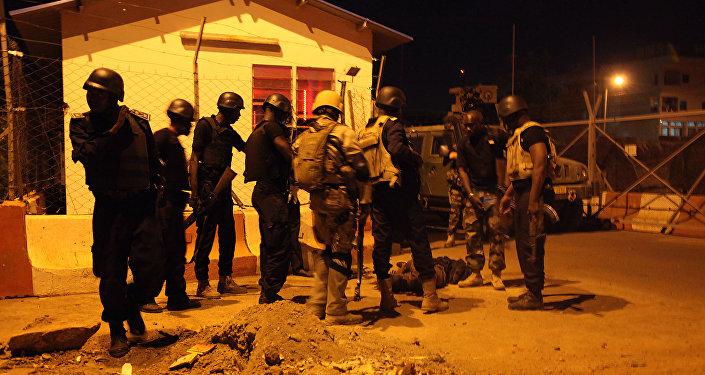 Des soldats protégeant une entrée de la mission militaire de l'Union européenne à Bamako