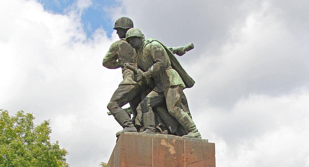 Monument aux soldats soviétiques à Varsovie