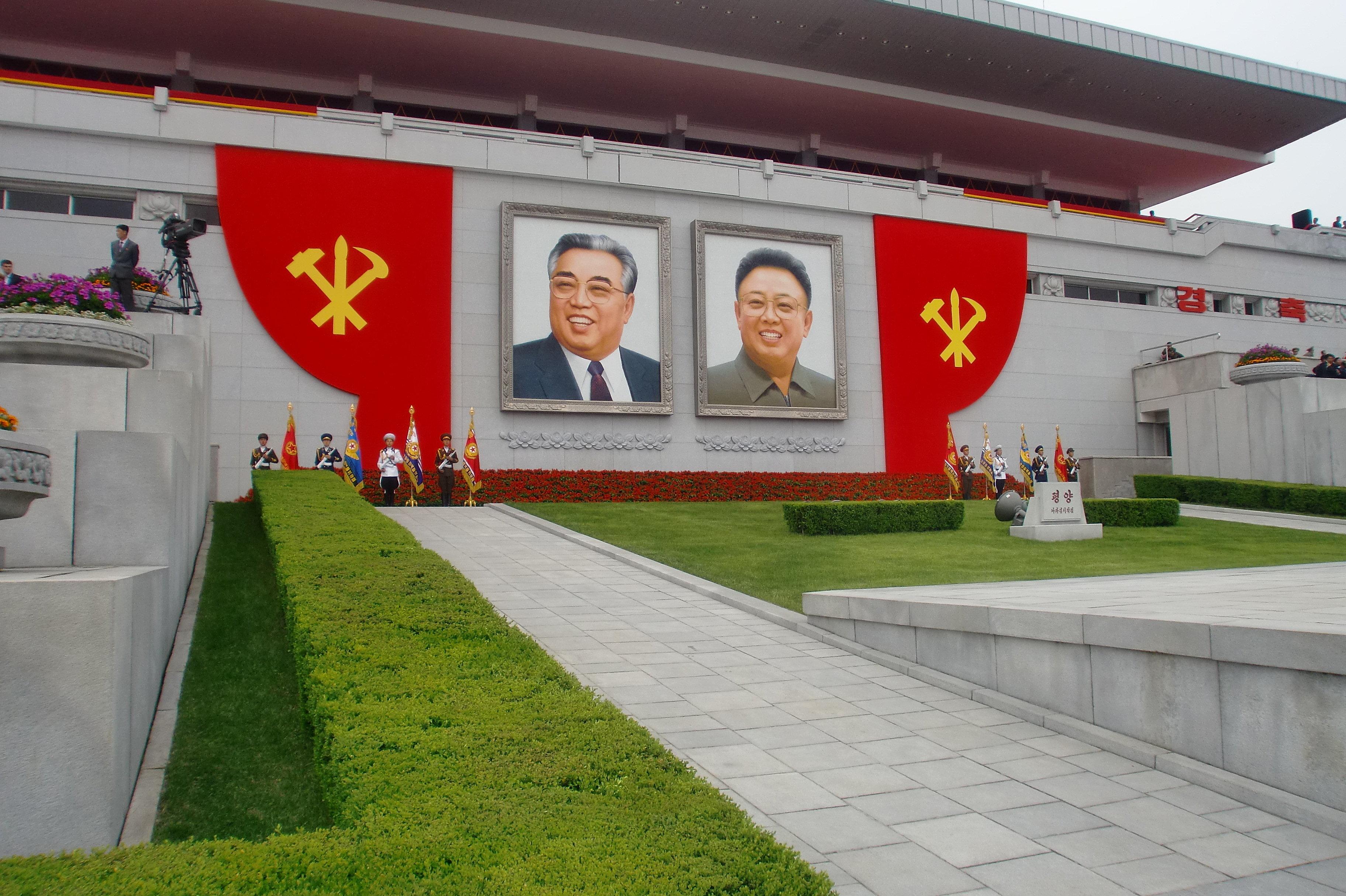Les portraits de Kim Jong-il et de Kim Il-sung