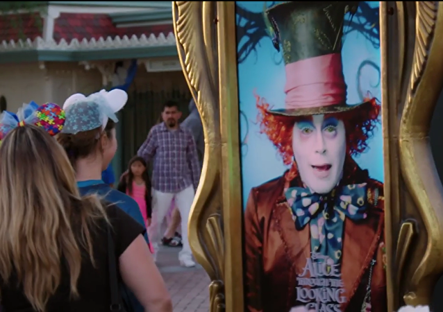Johnny Depp surprend les visiteurs de Disneyland