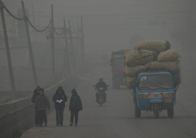 Sur cette photo, les enfants vont à pied à la maison après l'école pendant un jour gravement pollué à Shijiazhuang, dans la province du Hebei nord de la Chine, le 26 février 2014