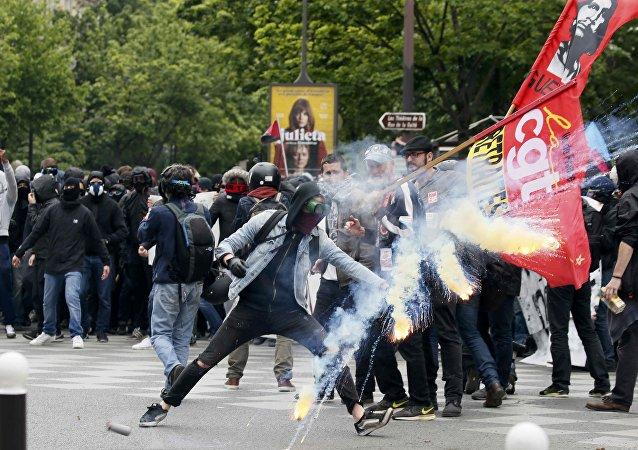 Affrontements entre police et manifestants à Paris le 17 mai 2016