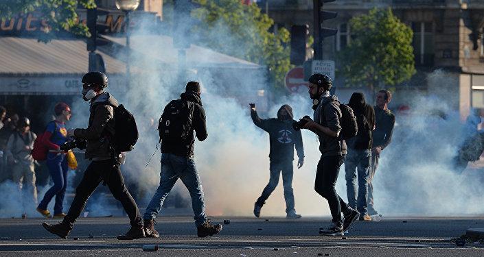 Manifestants et photographes sur la place de la Nation à Paris