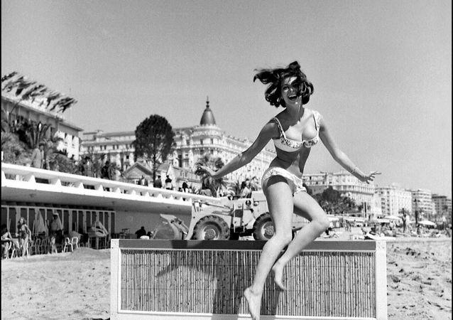 Les stars sur la plage lors du festival de Cannes au fil des années